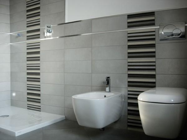 Bagno grigio chiaro e scuro idee di design per la casa